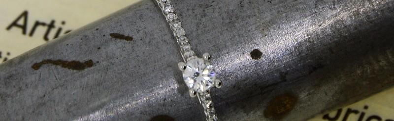 Petit solitaire or blanc. Diamant central 10pts.  Prix 792 euros.