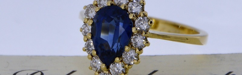 Bague or jaune, diamant et saphir.  Saphir 1.8 cts et diamants 72 pts. Prix 4335 euros.