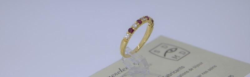 Demi alliance or jaune, diamants et rubis. Prix 1094 euros.