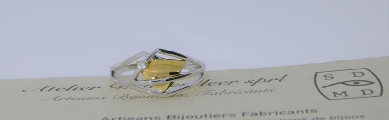 Bague bicolore moderne et son petit diamant. Prix 616 euros.