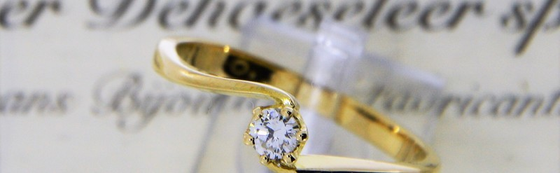 Solitaire diamant courbé. Prix 709 euros.