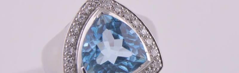 Bague topaze bleu et diamants. Prix 2235 euros.