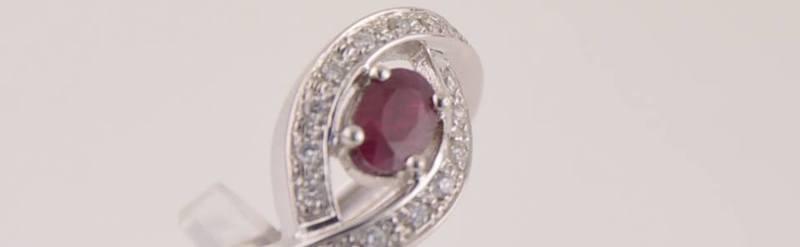 Bague or blanc rubis et diamants . Prix 1680 euros