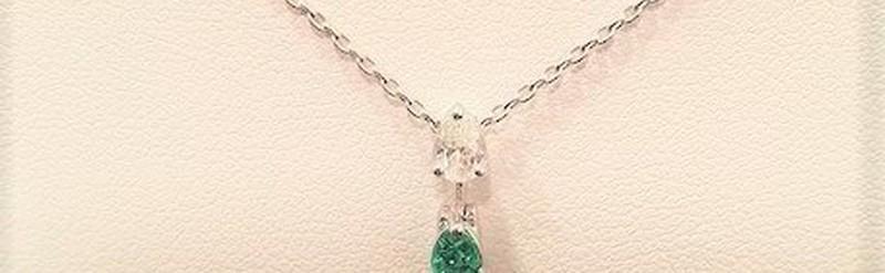 Pendentif or blanc  rubis, émeraude et diamant. Prix 605 euros.