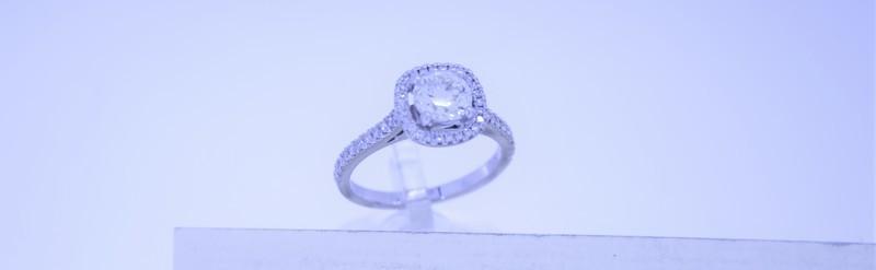 Bague or blanc. Diamant central 1.07 carats certifié. Prix sur demande.