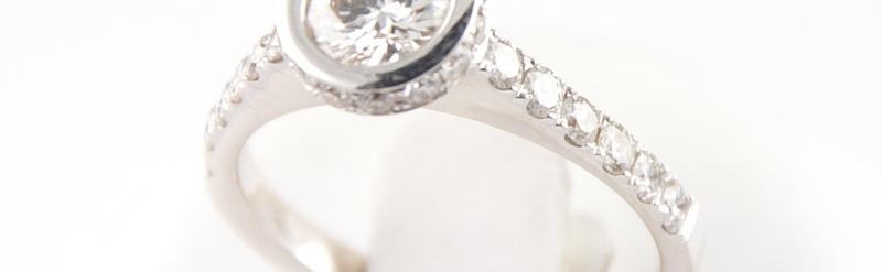 Bague or blanc diamants. Prix sur demande.