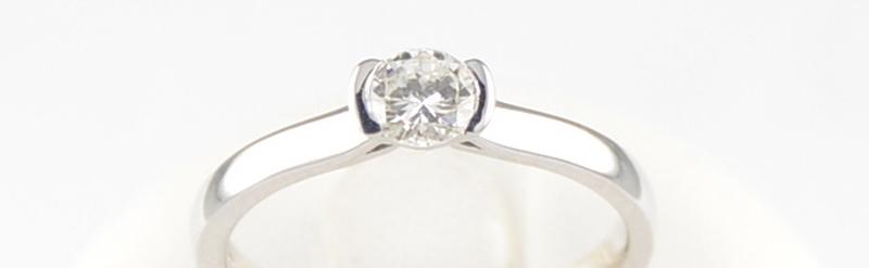 Solitaire or blanc, diamant de 36 pts. Prix 2098 euros.