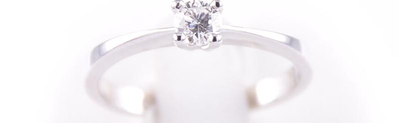 Petit solitaire or blanc, diamant de 8 pts. Prix 523 euros.