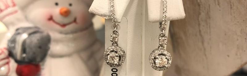Boucles d'oreilles or blanc. 0.60 pts de diamant. Prix 1900 euros.
