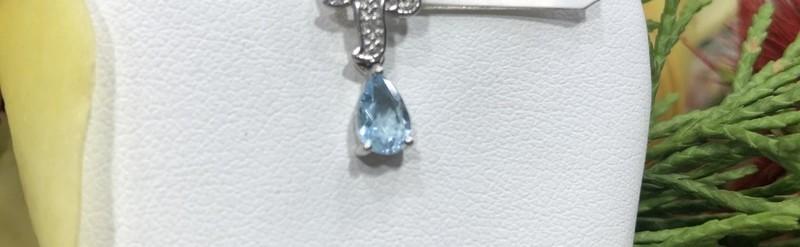 Pendentif or blanc, topaze et diamants. Prix 350 euros.